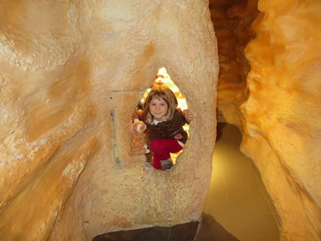 Szemlő Mountain cave, kid