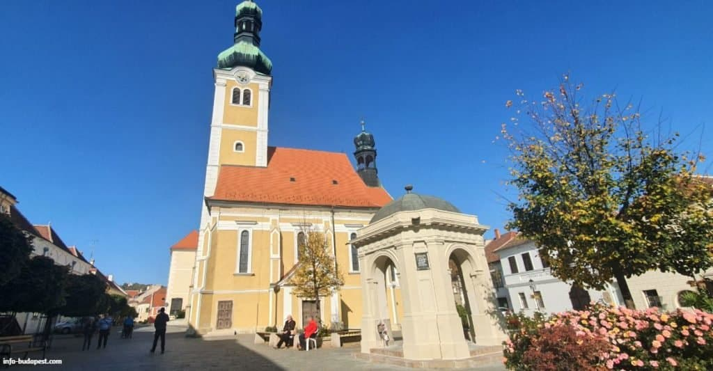 City fountaind and the St. Jakab Church