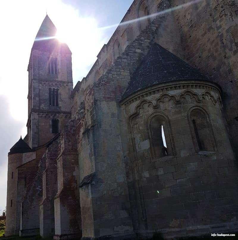 Zsambek ruin church
